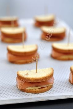 Mini hot dog sandwich for aperitif In the kitchen of Audinette Mini Sandwiches, Appetizer Sandwiches, Yummy Appetizers, Appetizers For Party, Mini Bagels Recipe, Bagel Recipe, Mini Hot Dogs, Tapas, Bruchetta Recipe