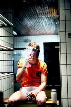 Johan Cruyff, one of the greatest ever soccer players enjoying a cigarette during half time at the 1974 World Cup final against Germany World Football, Football Soccer, Football Shirts, Retro Football, 1974 World Cup, Germany Vs, Football Images, Ballon D'or, National Football Teams