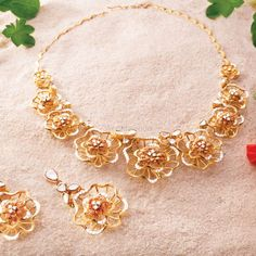 Picture from P C Jeweller Photo Gallery on WedMeGood. Antique Jewellery Designs, Gold Jewellery Design, Bead Jewellery, Real Gold Jewelry, Necklace Designs, Wedding Jewelry, Fashion Jewelry, Bvlgari, Gold Necklace