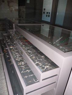 Vitrinas que albergan los rosarios donados. UnicoEnElMundo