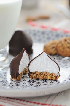 Delish -will have to make these -Petites bouchées façon tête de choco Köstliche Desserts, Dessert Recipes, Banana Split, Yummy Cookies, Chocolates, Fudge, Love Food, Sweet Recipes, Cookie Recipes