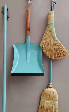 日頃のお掃除を怠っていたら、年末の大掃除が大変だったなんてことありませんか?汚れがひどくならないうちにこまめにお掃除をすることが、お家をきれいに保つ秘訣です。今回はお掃除するのが楽しくなるイリス・ハントバーク、レデッカー、暮らしの道具松野屋などのデザイン性抜群のイチオシのお掃除道具からそのおしゃれな見せ方までをご紹介。天然素材や手作りにこだわり、機能性を追求した美しいフォルムは、しまっていてはもったいない!「見せる収納」で壁につるしたり、かごに入れたりしてインテリアとしても大活躍してくれます♪