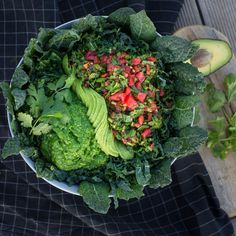 kale salad with tomato salsa (dark red tomatoes cilantro miso lemon juice chives) pesto (avocados arugula lemon juice chives) & sliced avocado  #rawfood #salad #vegan #foodshare #recipe