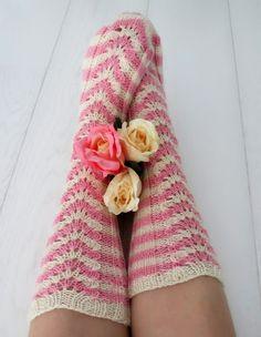 Blogi missä tehdään käsitöitä, sisustetaan vasta valmistunutta omakotitaloa maaseudun rauhassa ja höpistään niistä arjen pienistä iloista! Knitting Socks, Leg Warmers, High Socks, Knit Crochet, Slippers, Crafts, Fashion, Knit Socks, Leg Warmers Outfit