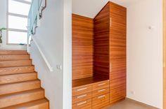 V nice pod schodištěm je praktická atypická předsíňová skříň.