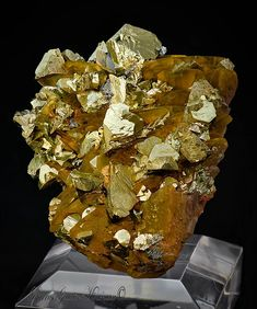 Chalcopyrite sur Sidérite   Barras-Gautier-Min. Minions, Minerals, Collections, Crystals, The Minions, Minions Love, Minion Stuff