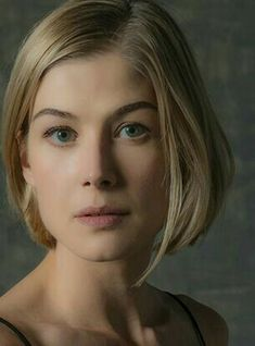 Rosamund Pike as Amy Elliott Dunne (Gone Girl) Female Actresses, Woman Crush, Beautiful Actresses, Bob Hairstyles, Pretty Woman, Hair Inspiration, Blond, Short Hair Styles, Hair Makeup