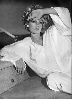 Jean Shrimpton by Richard Avedon.