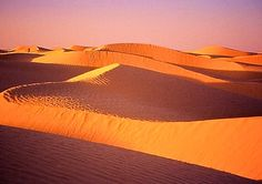 A Tataouine en Tunisie, le nord du Sahara nous offre ses larges étendues sableuses à perte de vue, et des couleurs exceptionnelles, au lever et coucher du soleil