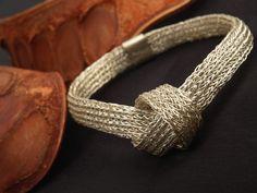 Armband Silber mit Knoten www.atelier-zellhuber.de #gestrickter Schmuck #Strickschmuck #Armband #Silber Crochet Jewellery, Bracelets, Wire Work, Men, Jewelry, Beauty, Fashion, Wire, Atelier