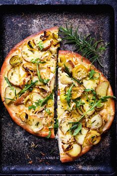White Pizza with Rosemary Potatoes and Caramelized Leeks - food to glow Rosemary Potatoes, Sliced Potatoes, Real Food Recipes, Great Recipes, Vegan Recipes, Whole Wheat Pizza, White Pizza, Appetizer Recipes, Appetizers