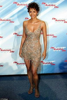 Collette Dinnigan reveals the story behind THAT Halle Berry dress Halle Berry Height, Halle Berry Age, Halle Berry Style, Estilo Halle Berry, Black Is Beautiful, Gorgeous Women, Halle Bery, Halle Berry Bikini, Pictures Of Halle Berry