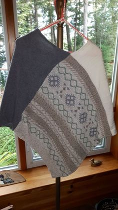 Another Inspiration of recycled sweaters or wool blankets--no instructions. Another Inspiration of recycled sweaters or wool blankets--no instructions. Redo Clothes, Sewing Clothes, Sewing Stitches, Sewing Patterns, Pullover Upcycling, Sweater Refashion, Old Sweater Diy, Recycled Sweaters, Techniques Couture
