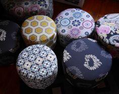 Pouf imprimé fleurs beiges et bleues ' par mafabriquedemeubles