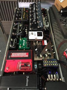 Radiohead Ed O'Brien Pedalboard Diy Guitar Pedal, Guitar Rig, Cool Guitar, Guitar Effects Pedals, Guitar Pedals, Diy Pedalboard, Lefty Guitars, Thom Yorke Radiohead, Guitar Photos