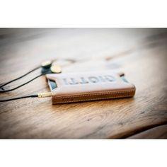 Qiotti Q.Holster Wild Africa Brown für bei www. Samsung, Leather Accessories, Iphone 4s, Usb Flash Drive, Africa, Brown, Slipcovers, Brown Colors, Iphone 4