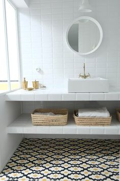 La rénovation d'un hôtel particulier - PLANETE DECO a homes world - Bathroom Ideas Diy Bathroom Decor, Basement Bathroom, Bathroom Flooring, Small Bathroom, Master Bathroom, Remodled Bathrooms, Colorful Bathroom, Decor Diy, Bathroom Trends