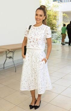 Pour se rendre à un atelier créatif organisé par le musée Hammer, Jessica Alba portait une tenue d'inspiration rétro composée d'un ensemble coordonné avec un crop top et une jupe midi en dentelle ajourée.