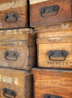 ideas for vintage storage bins wooden crates Cageots Vintage, Vintage Crates, Vintage Industrial, Vintage Decor, Old Wooden Boxes, Old Boxes, Vintage Storage, Wood Crates, Storage Bins