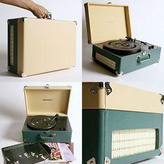 Crosley AV Room   Parece uma mala, mas é uma vitrola. Ela toca discos de vinil e possui entrada USB, que permite a você transformar as músicas de seus LPs em arquivos de MP3.