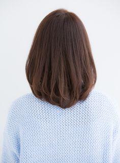 大人っぽいキレイなシルエットのスタイルです。長め前髪で大人っぽく、ブラウン系のカラーでツヤをプラスしています。
