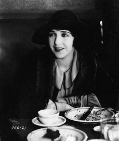 Bebe Daniels just had lunch Classic Hollywood, In Hollywood, Bebe Daniels, Hollywood Forever Cemetery, Child Actresses, Silent Film, Vintage Glamour, American Actress, 1920s