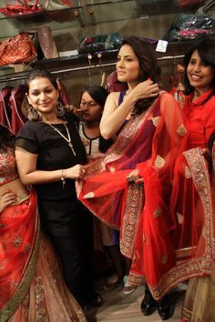 http://www.beautyindia.in/Styles/women-fashion-and-style-statements/Sunny-Leone-at-the-SS-13-Fashion-Preview-of-Rabhya    Sunny Leone Trying Saree     Sunny Leone divulges her style statement and beauty mantra at the SS'13 preview of Rabhya, ethnic fashion brand by designer duo Neha and Anu Gupta.  Sunny Leone is often seen dressed quite tastefully as she carries her bold personality very well with chic diva style. Read more about celebrity style & fashion at beautyindia.in