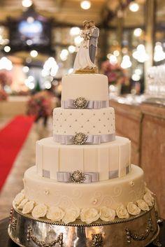 Decoração criada pela Confeitaria Colombo.   O casamento de Isabel e Érico foi publicado no  Euamocasamento.com, e as fotos são de D51.  #euamocasamento #NoivasRio #Casabemcomvocê