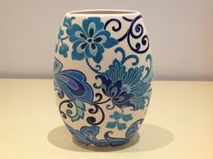 Ceramic painted by Mara Ribeiro - Santa Cerâmica Ceramic Decor, Ceramic Mugs, Ceramic Art, Blue Pottery, Pottery Art, Pottery Painting, Ceramic Painting, Paint Garden Pots, Blue Willow China