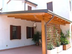 Pergola at the entrance gives your house a very nice impression at the . - Pergola at the entrance gives your house a very nice impression at the entrance gives your - Diy Pergola, Pergola Carport, Corner Pergola, Deck With Pergola, Outdoor Pergola, Backyard Pergola, Patio Roof, Pergola Ideas, Pergola Lighting