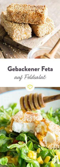 Die knusprige Kruste aus Sesam macht den cremig-würzigen Feta noch leckerer. Mit einem Spritzer Honig macht er es sich auf Feldsalat mit Mango bequem.
