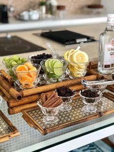 How to assemble a gin bar sideboard - Chez Marina - - Bar Drinks, Yummy Drinks, Gin Recipes, Gin Bar, Food Platters, Gin And Tonic, Food Presentation, High Tea, Whisky