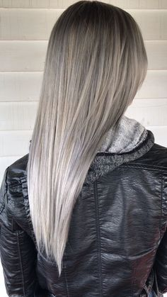 the perfect platinum blonde ash balayage ? Blond Ash, Blond Beige, Ashy Blonde Hair, Platinum Blonde Balayage, Ash Hair, Blonde To Silver Hair, Dyed Gray Hair, Ash Gray Hair Color, Ombre Colour