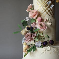 Pretty garden 💛 #edible #edibleart #luxurywedding #wedding #luxury #specialday #ivory #sugarflower #sugarart #cakesofinstagram #instagram… Sugar Art, Sugar Flowers, Edible Art, Luxury Wedding, Amazing Cakes, Lima, Special Day, Floral Wreath, Ivory