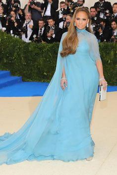 Jennifer Lopez en robe Valentino, chaussures Giuseppe Zanotti, bijoux Harry Winston et sac Judith Leiber