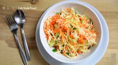 Traditional Politiki cabbage salad can be preserved in the fridge for about 3 days. As long as it stays marinated it becomes more delicious. Add olive oil before serving. Cabbage Salad, Salad Bowls, Preserves, Carrots, Stuffed Peppers, Traditional, Vegetables, Olive Oil, Kitchens