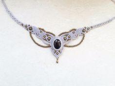 Ich biete hier eine Makramee-Tiara mit bronzefarbenen Perlen und einem eingefassten Onyx an. Kann auch als Kette genutzt werden.  **Größe/Maße/Gewicht** Größenverstellbar Breite: ca 5 cm...