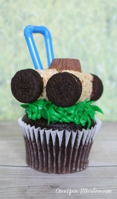 These lawn mower cupcakes are a fun and summer treat that are great for dads or the outdoor-enthusiasts. Lawn Mower Cake, Best Lawn Mower, Easy Chocolate Cupcake Recipe, Cupcake Recipes, Delicious Dinner Recipes, Yummy Food, Yummy Recipes, Surf Cake, Cupcakes For Boys
