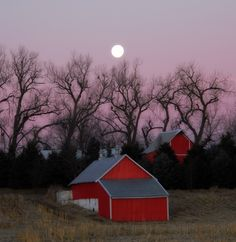 Red Iowa barn with a full moon rising behind it. Red Houses, Farm Houses, Iowa, Home Of The Brave, Country Scenes, Down On The Farm, Country Life, Country Roads, Red Barns