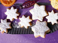Unser Tipp zum Backrezept für Orangenstern-Plätzchen: Besonders lecker schmecken sie mit viel Puderzucker. Als Weihnachtsgebäck und für den Keksteller ein Genuss.