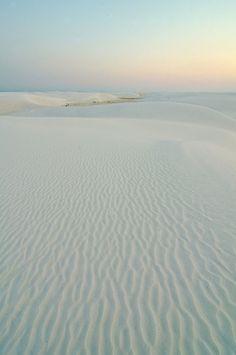 Lever de soleil pastel dan le désert.