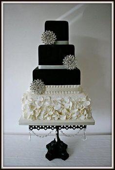 Estilo Glam Hollywood! Cuatro pisos decorados con perlas y con la combinación del blanco y el negro