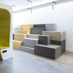 The Huddlebox by Workagile is a customisable, modular tiered seating system available in a variety of finishes and colour options. Industrial Office Design, Office Interior Design, Office Interiors, Built In Furniture, Modular Furniture, Furniture Design, Cafe Bench, Tiered Seating, Auditorium Seating