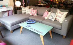 Sofá 250x90 + Puff 90x90 tapizado en annette, con asiento de placa soft y patas de madera.