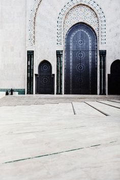 The Hassan II Mosque or Grande Mosquée Hassan II, Casablanca, Morocco. Islamic Architecture, Art And Architecture, Beautiful Architecture, Places To Travel, Places To See, Places Around The World, Around The Worlds, Magic Places, Mekka