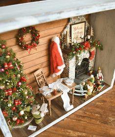 Dollhouse Miniature Christmas Frame By Yuki Christmas Room, Christmas Minis, Vintage Christmas, Christmas Ornaments, Christmas Shadow Boxes, Christmas Frames, Miniature Crafts, Miniature Christmas, Miniature Rooms