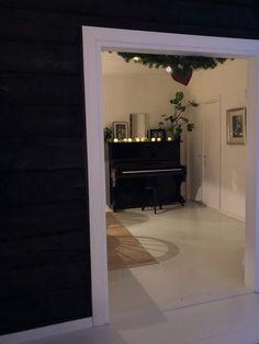 old black piano wooden floor, piano deco ideas, musta vanha piano, pianon koristelu, harmaa lautalattia