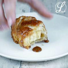 >>Apfel Croissants<< ZUTATEN  1 großer Apfel 1 Packung Blätterteig oder Fertigteig für Croissants 100 g Butter 100 g Rohrzucker 1/2 TL Zimt 1 EL Vanille-Extrakt 200 mlZitronen-Limonade (z. B. Sprite)  ZUBEREITUNG Als erstes wird der Apfel geschält. Mit einem Sparschäler geht das schnell und einfach. Dann den Apfel achteln und das Kerngehäuse entfernen. Den ausgerollten Blätterteig teilst du jetzt in 8 Dreiecke. Croissant-Teig ist meist entsprechend markiert. Nun wird jede Apfelspalte in…