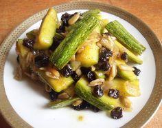 stuzzicante, aromatica… da servire bella fredda… un contorno estivo perfetto alle mie polpette vegetariane. Cominciano a vedersi le zucchine fresche, è iniziata la loro stagione. Queste…