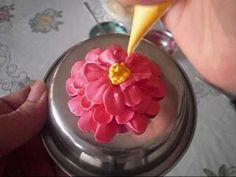 cake decorating: how to pipe a buttercream zinnia flower